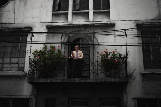Ciudad Guatemala – This gentleman saw me and gently posed for me